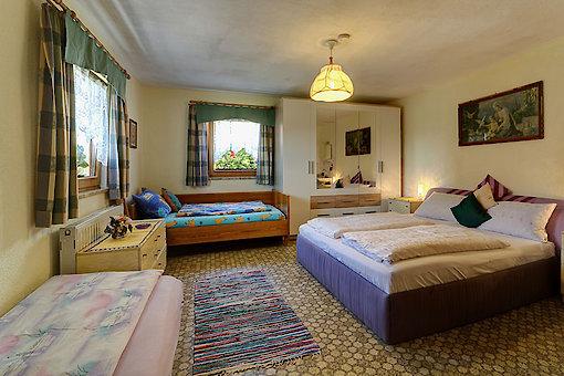 Zimmer mit Doppelbett und 2 Liegen