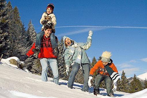 Winterurlaub in Bayern mit Schneeballschlacht